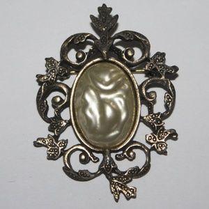 Beautiful vintage pearl brooch